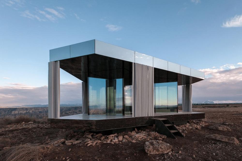 Una casa de vidrio en el desierto